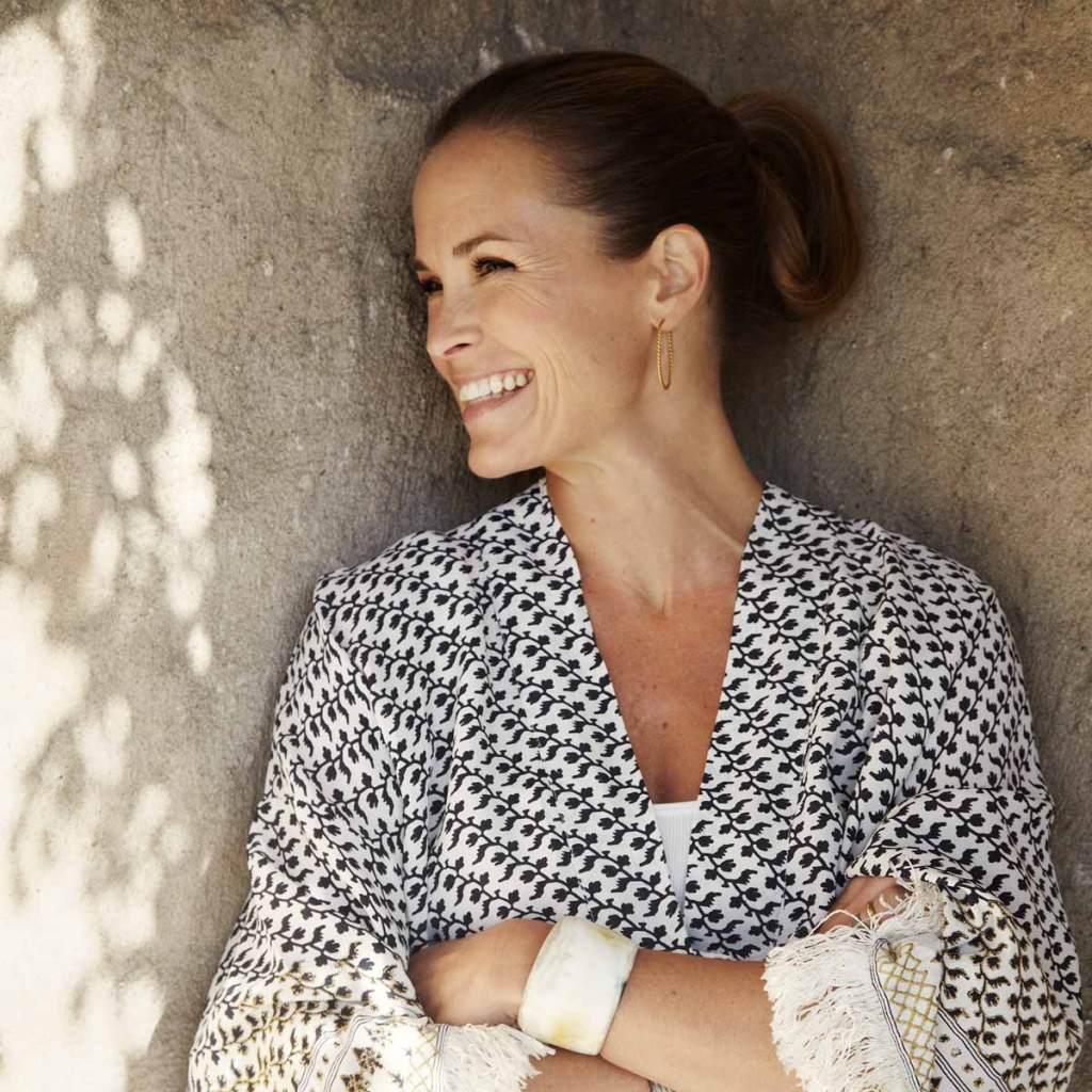 Caroline Heyerdahl står ved en vegg